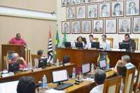 Câmara aprova 7 documentos e debate atraso na entrega de objetos pelos Correios