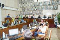 Vereadores aprovam 11 documentos e discutem salários atrasados no setor de limpeza de escolas