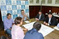 Legislativo participa da assinatura de contrato para segunda fase do programa Vila Iluminada